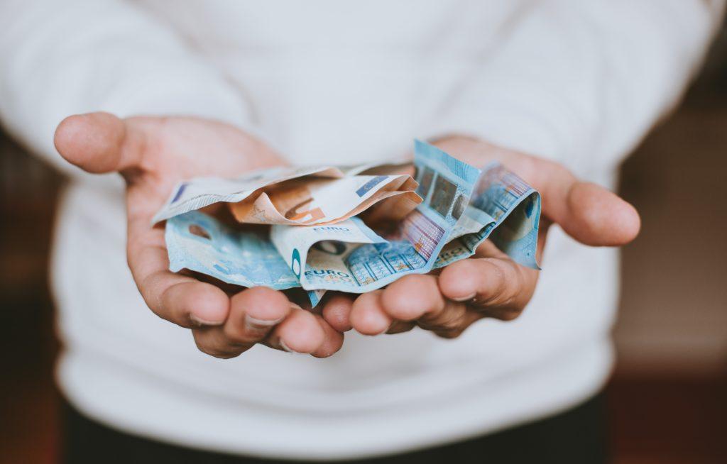 Geld für die Elternzeit beiseite legen.