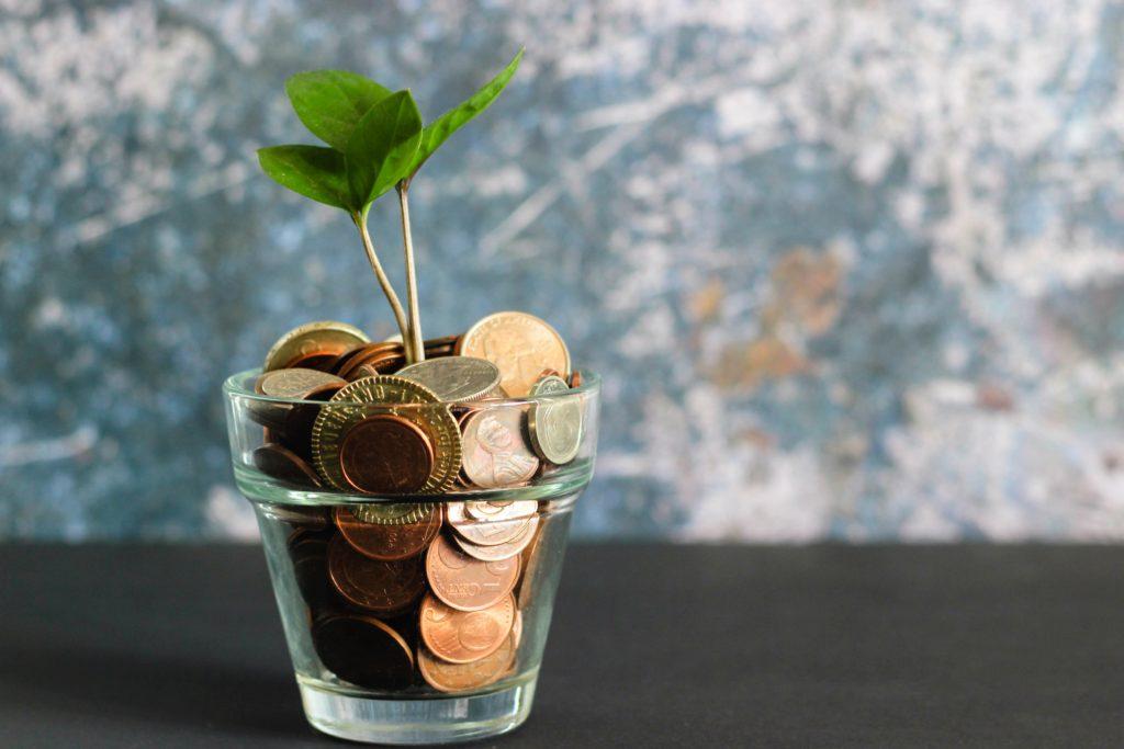 Investitionen und Zinseszins können Mamas Sparschwein füttern.