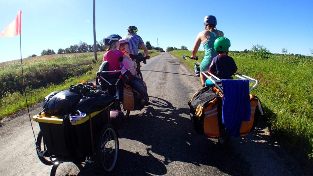 Fahrrad fahren mit Kindern: Sitz oder Anhänger?